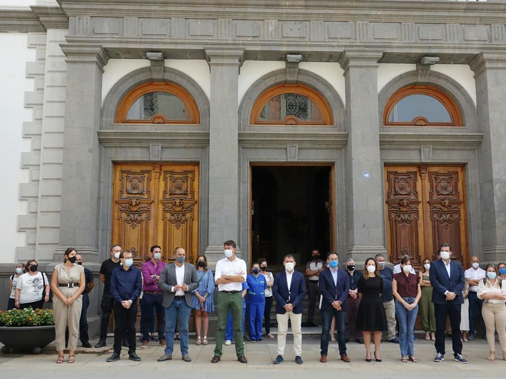 Minuto de silencio en el Ayuntamiento de Santa Cruz de Tenerife en solidaridad con la madre y familia de Anna y Olivia.