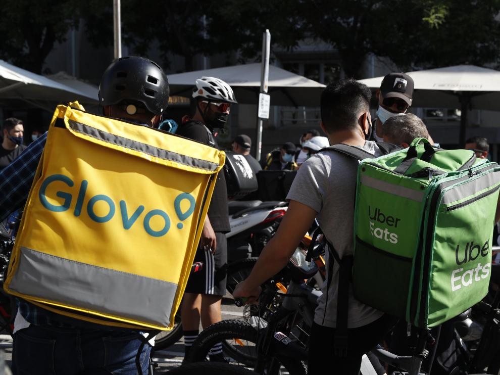 Protesta de 'riders' a las puertas del Congreso mientras se votaba la ley sobre repartidores de plataformas digitales