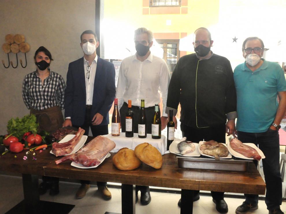 Diego Mur, Pedro Marco, Javier Guiu y Jesús Arasanz, con productos y botellas de Viñas del Vero.