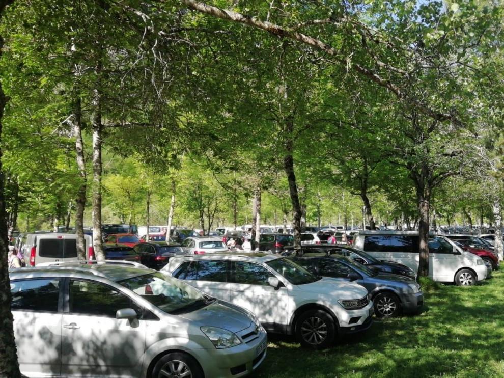 Vehículos estacionados este sábado en la Pradera de Ordesa