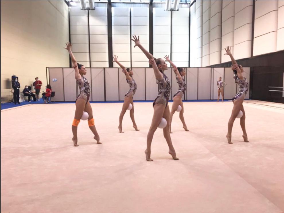 Inés Bergua (derecha) y sus compañeras, momentos antes de salir a competir en Varna.