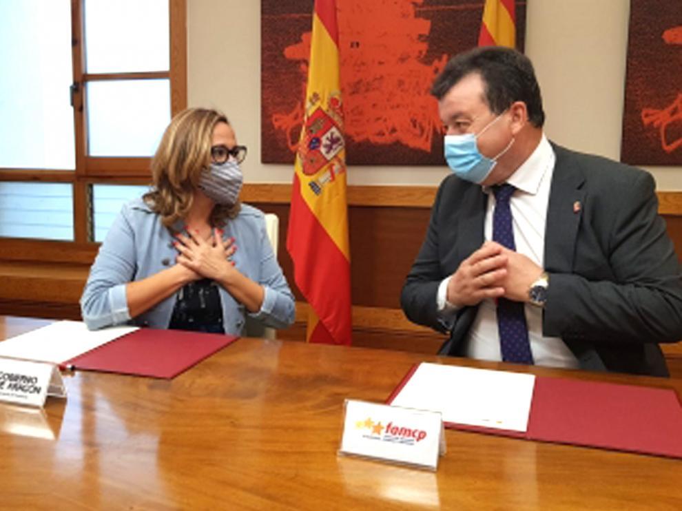 La consejera de Presidencia, Mayte Pérez, y el presidente de la FAMCP, Luis Zubieta.