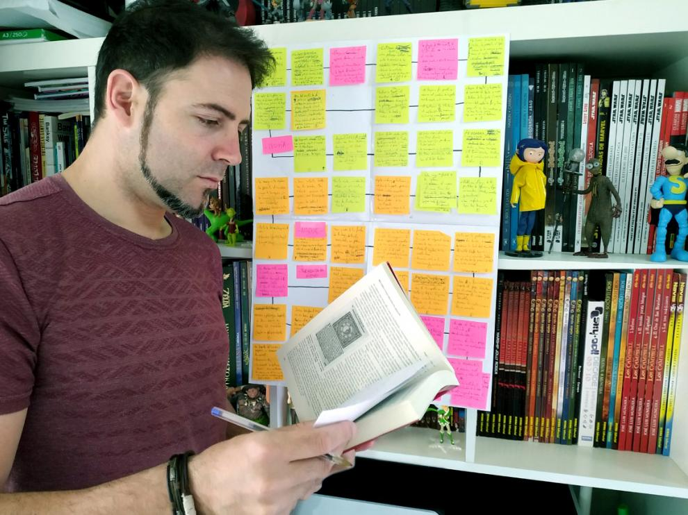 """Héctor Pisa trabaja con un esquema de """"post-it"""" para ordenar sus ideas."""