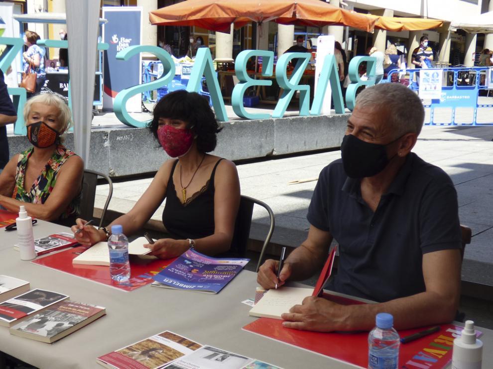 Mónica Zgustová, Edurne Portela y José Ovejero, en el puesto de la Librería Castillón.