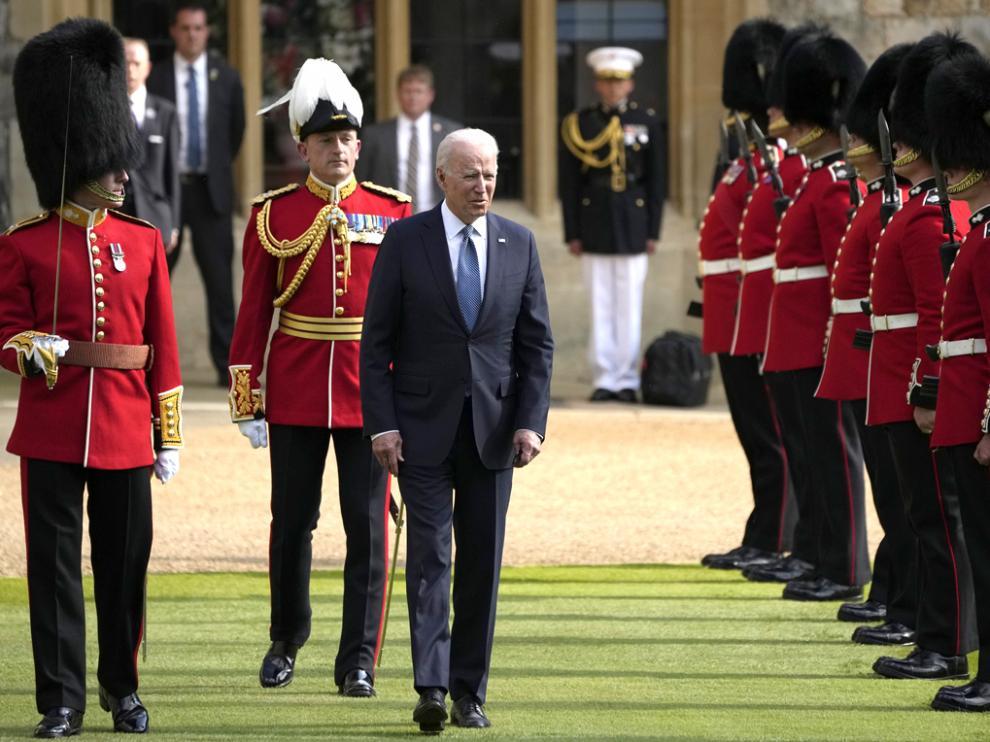 Biden, inspeccionando a la guardia de honor, durante su visita al castillo de Windsor