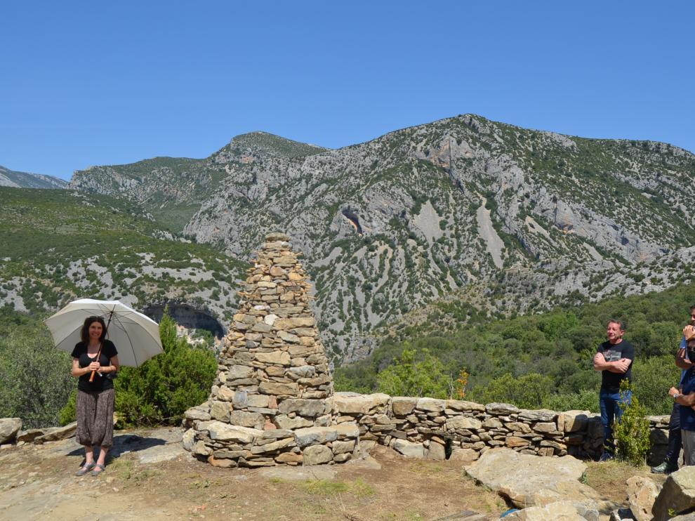 La escultura de Lucía Loren en Cheto sirve de homenaje a los muretes de piedra seca.