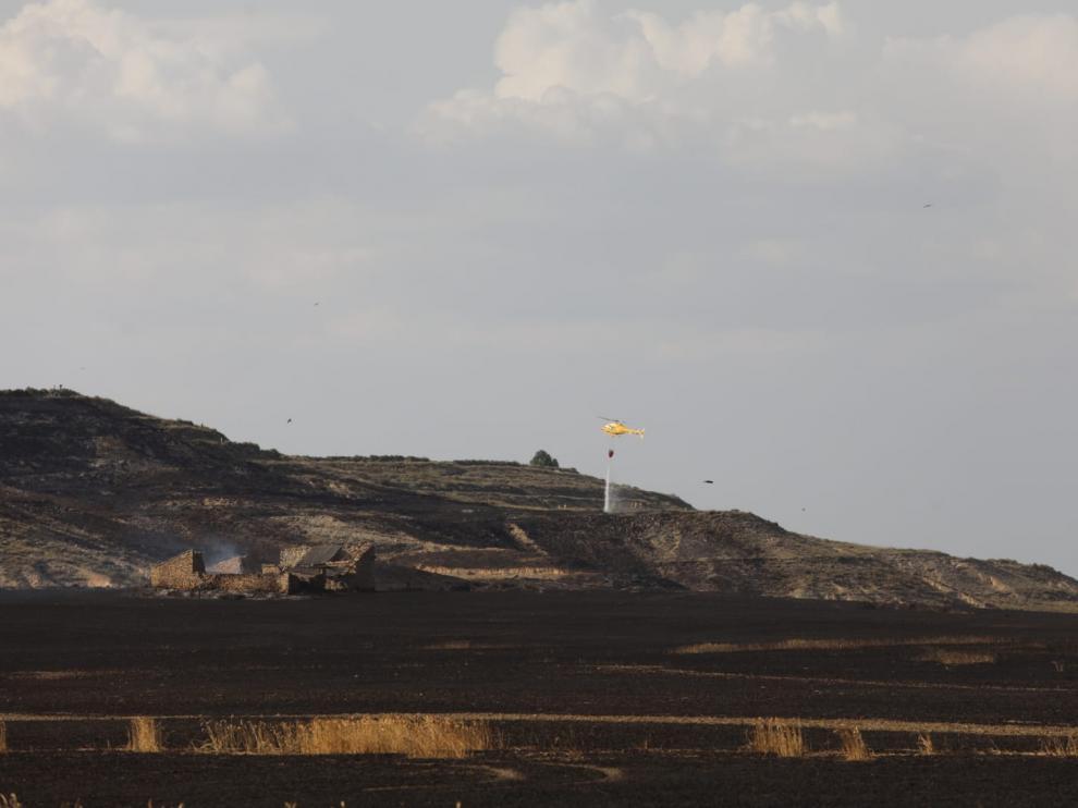 Un incendio en los trabajos de extinción del incendio en un campo de cereal de Almudévar.