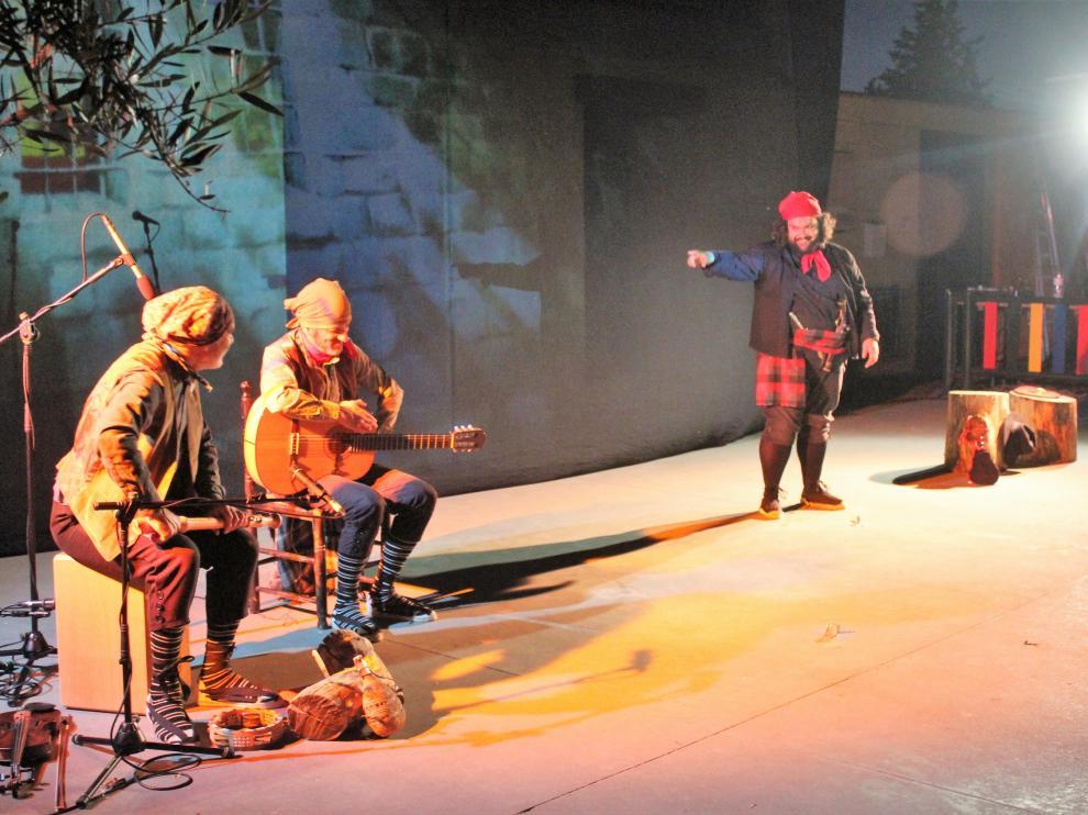 """Éxito de Teatro de Robres y su obra """"Cucaracha"""" en la inauguración del Ciclo Artístico Comarcal Inspira Monegros."""