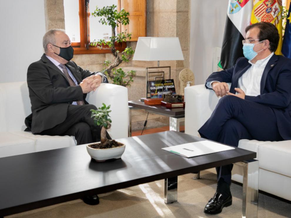 Un momento de la reunión entre el presidente extremeño y el de la Diputación de Huesca.