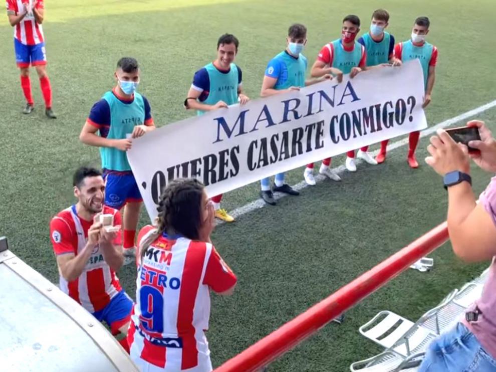 Petro hinca rodilla ante su novia en la celebración del primer gol del partido para pedirle matrimonio