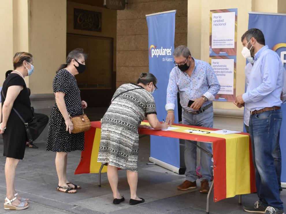 Recogida de firmas contra los indultos a los líderes del 'procés' en los Porches de Galicia de Huesca