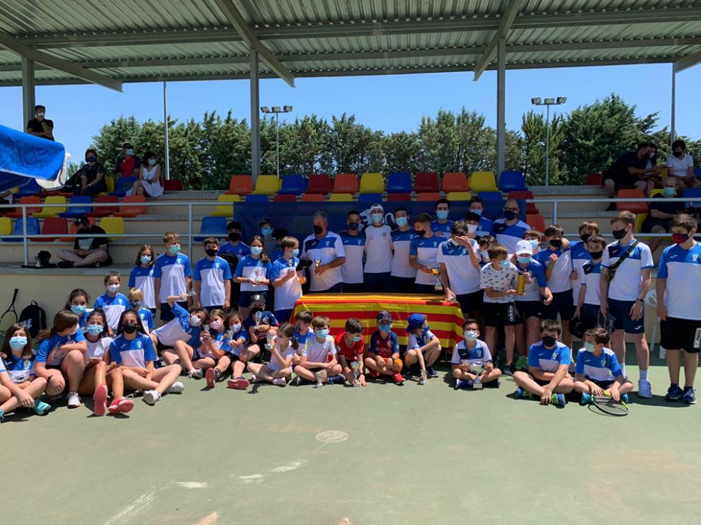Foto de familia de los participantes en las finales del Torneo Social del CT Zoiti Peugeot.