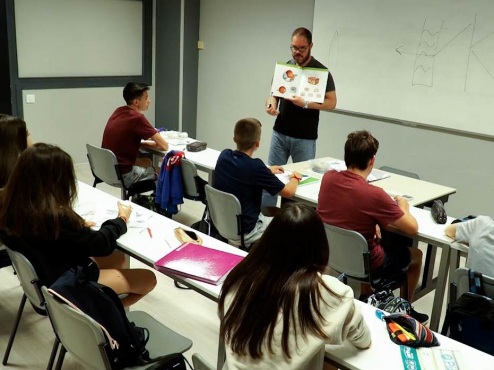 Foto de archivo de uno de los profesores impartiendo clase durante el Colegio de Verano