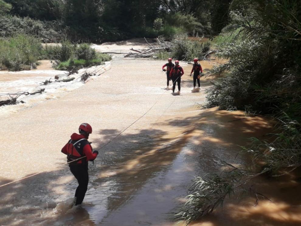 Los bomberos de la DPZ buscan por el río a la mujer desaparecida en Calatorao