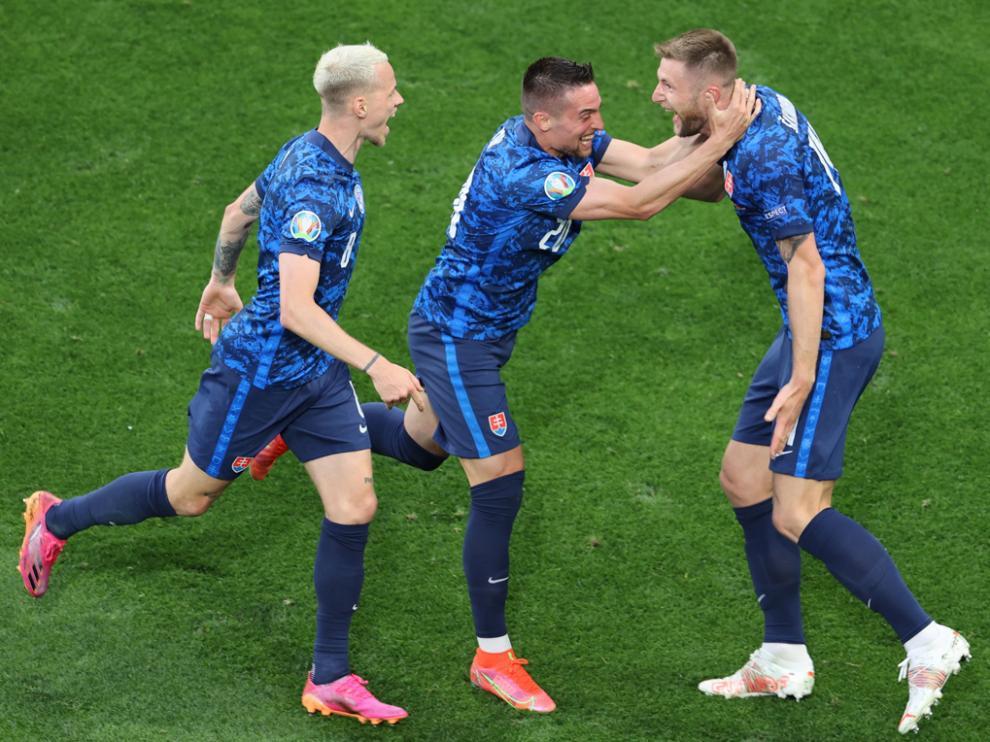 Los eslovacos celebran su segundo tanto, obra de Skriniar