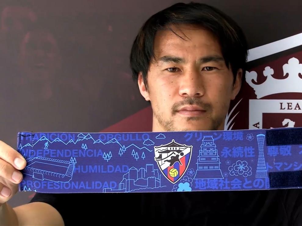 Okazaki muestra el brazalete