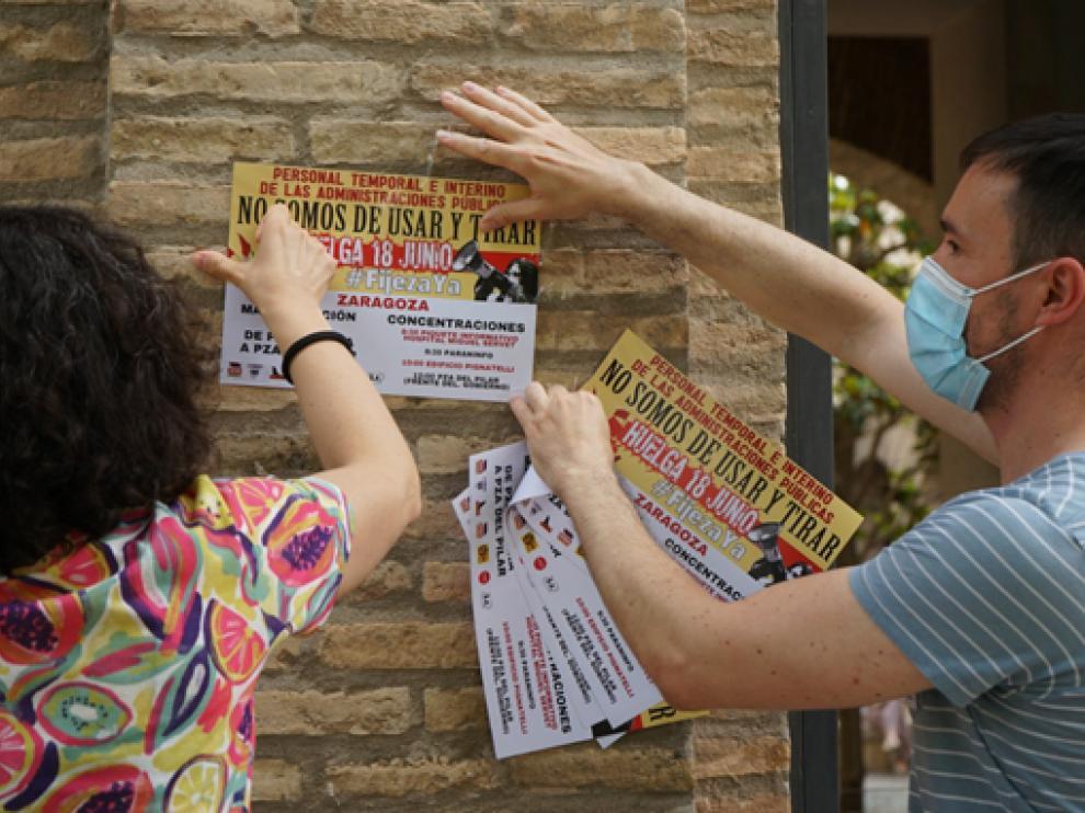 Pegada de carteles informativos del 18J en el edificio Pignatelli