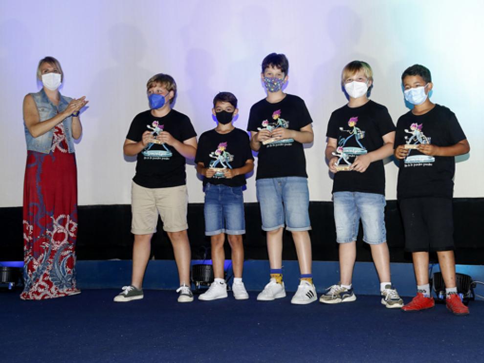 Uno de los grupos ganadores con sus premios.