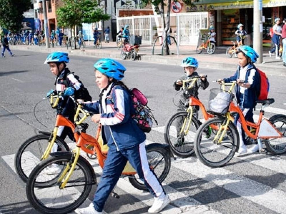 Cada vez son más los escolares que van en bici al colegio.