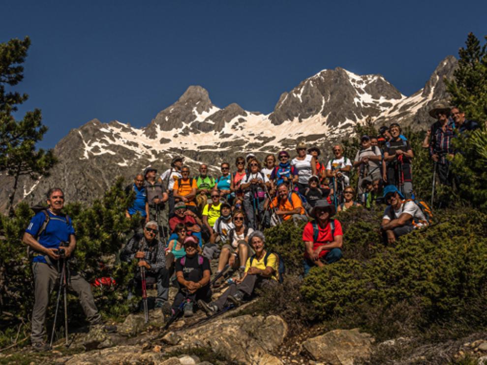 El grupo, con un telón de fondo montañoso espectacular.