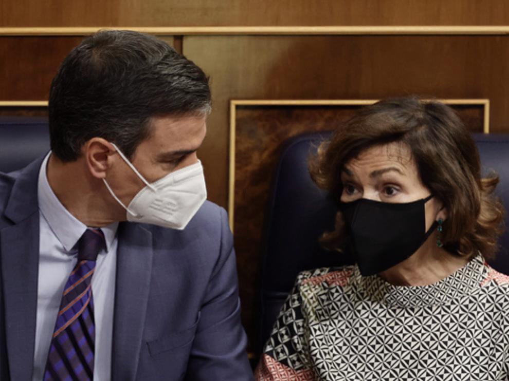 El presidente del Gobierno, Pedro Sánchez, junto a la vicepresidenta primera, Carmen Calvo, ayer en el Congreso.