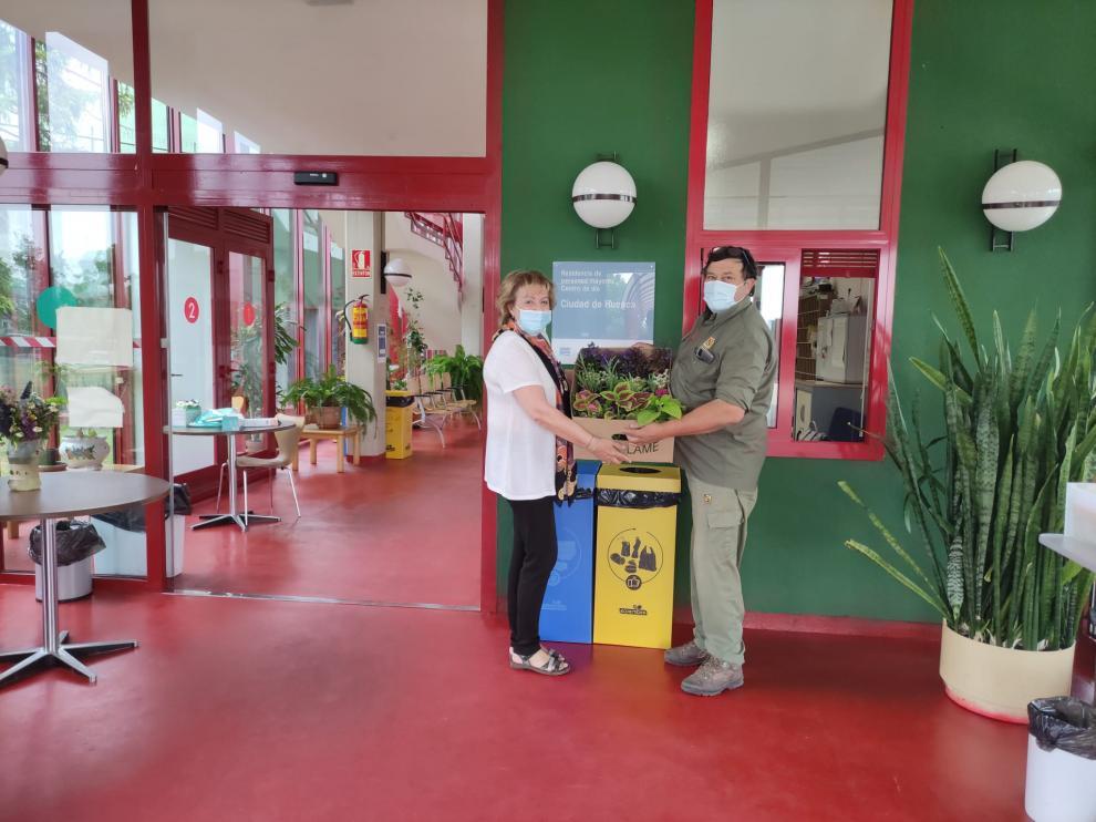 Momento de la entrega en la Residencia Ciudad de Huesca.