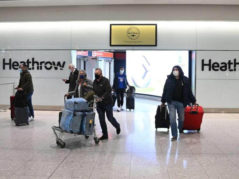 Un grupo de turistas sale del aeropuerto de Heathrow en el Reino Unido