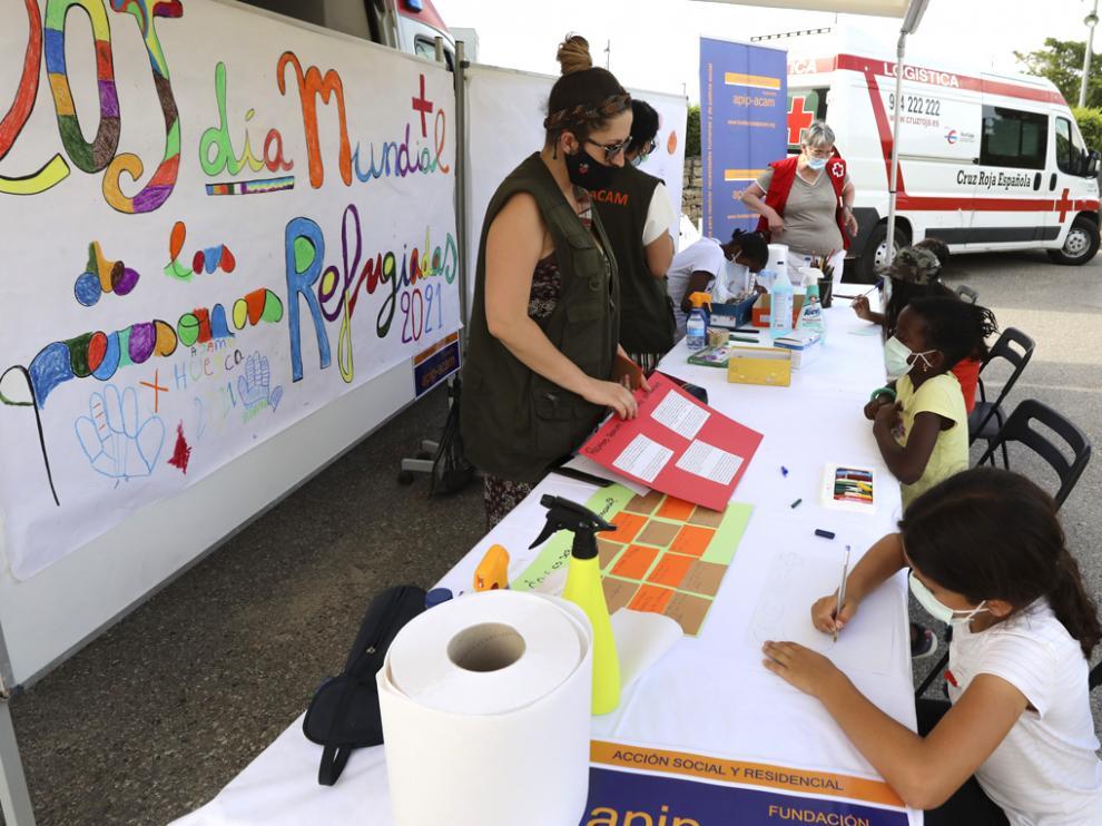 Los niños participan en el mural intercultural colocado por Cruz Roja el pasado martes en el Parque Universidad