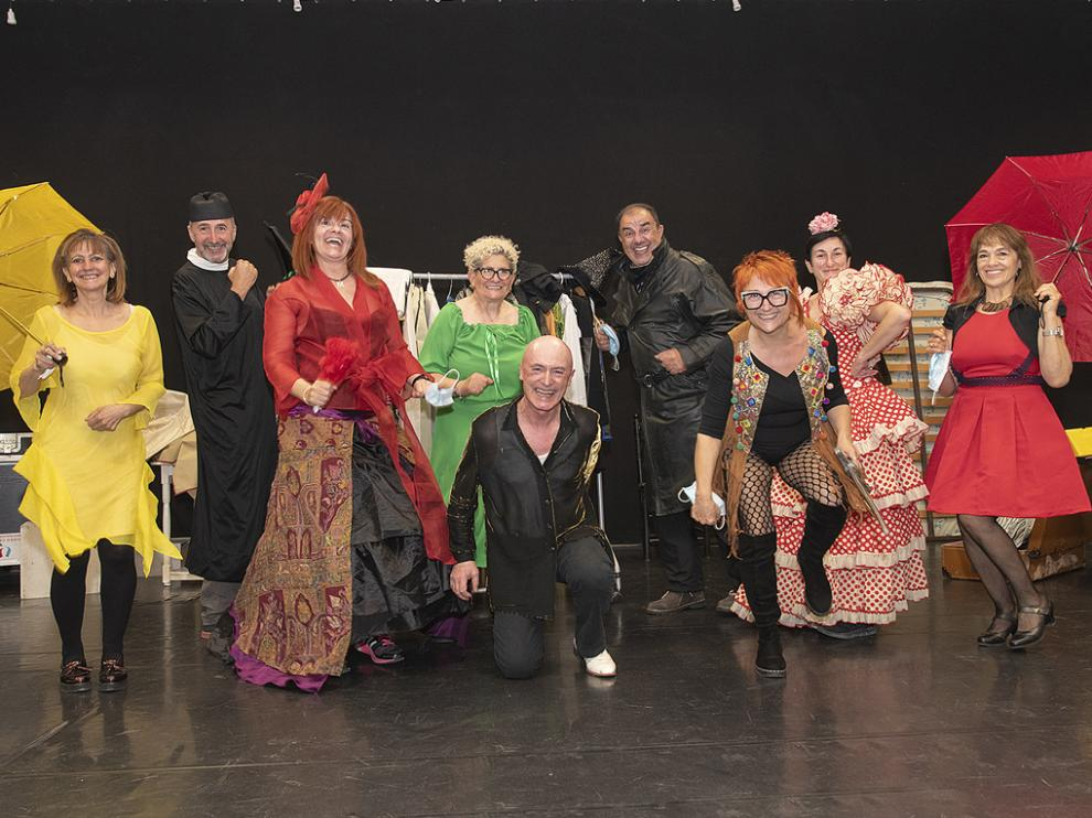 Los protagonistas cantan, bailan y ofrecen una propuesta carnavalesca.