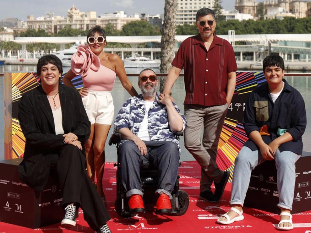 Bob Pop rodeado de los protagonistas de la serie, en la presentación en el Festival de Málaga.