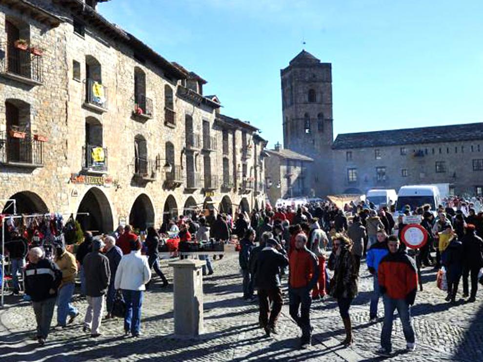 Casi una veintena de ayuntamientos y comarcas van a recibir subvenciones para eventos feriales, en la imagen feria en Aínsa