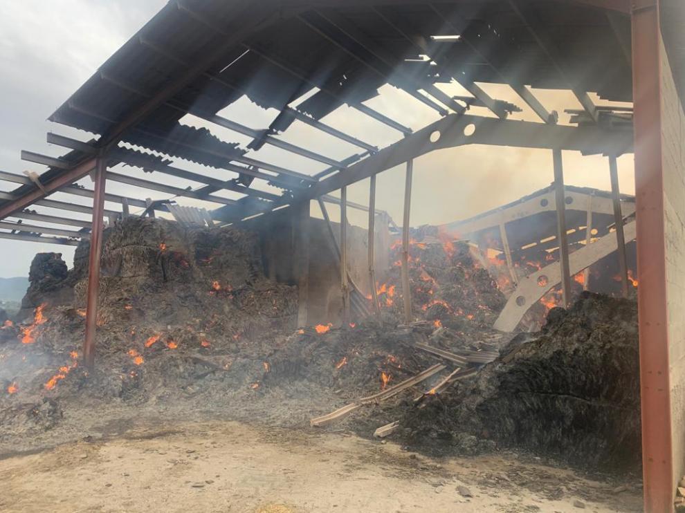 Estado de la nave calcinada por el fuego en el núcleo grausino de Güel.