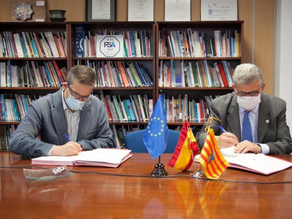 Raúl Camarón y José Antonio Mayoral en la firma del convenio del programa Universa