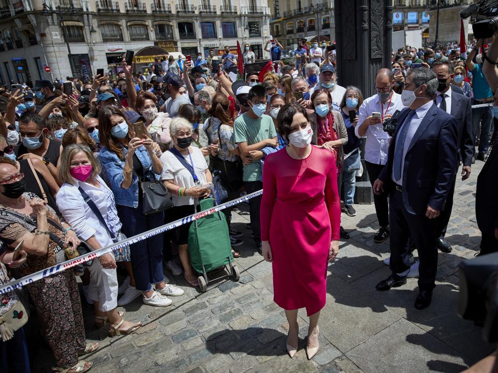 Isabel Díaz Ayuso saludó a sus fans a su salida del acto de toma de su posesión.