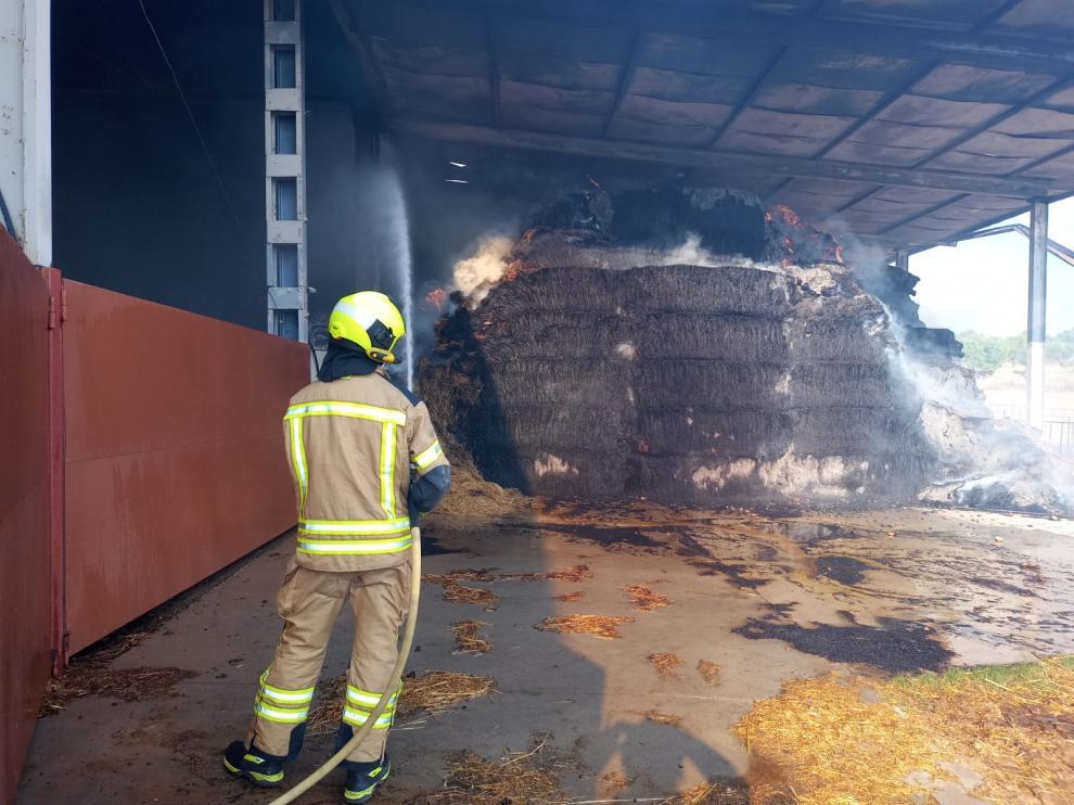 Labores de extinción del incendio en la nave siniestrada.