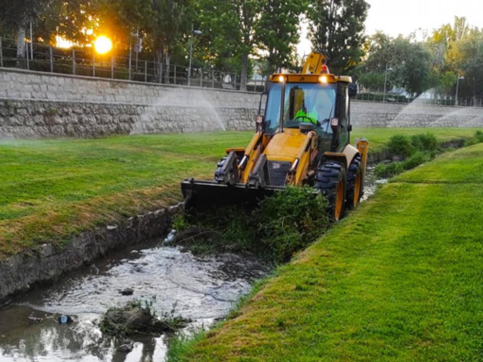 Imagen de una excavadora limpiando el río Isuela.