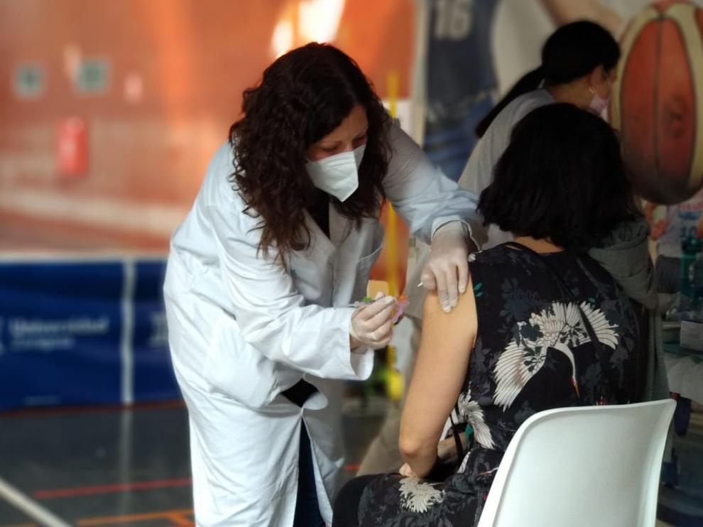 Jornada de vacunación con Janssen en el polideportivo de la Universidad de Zaragoza.
