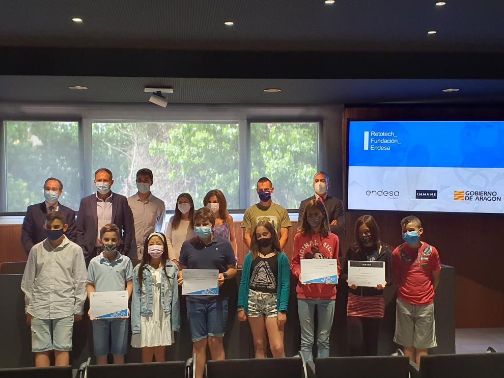 """Alumnos del CEIP Vírgen de los Ríos muestran el premio """"Fundación Endesa"""" de la VI Edición de Retotech."""