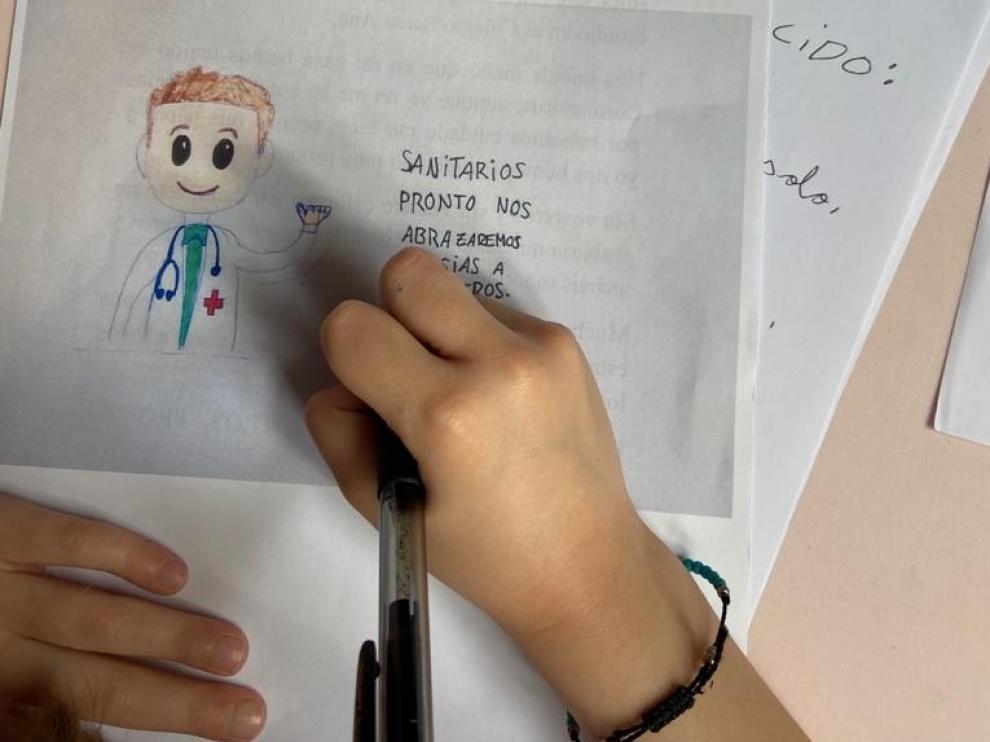 Un alumno del Colegio Santa Ana de Sabiñánigo, haciendo deberes durante el confinamiento.