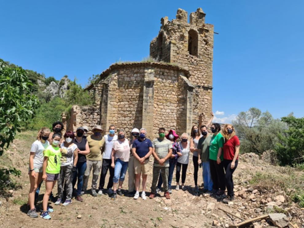 Voluntarios en la recuperación de la iglesia de Bolturina.