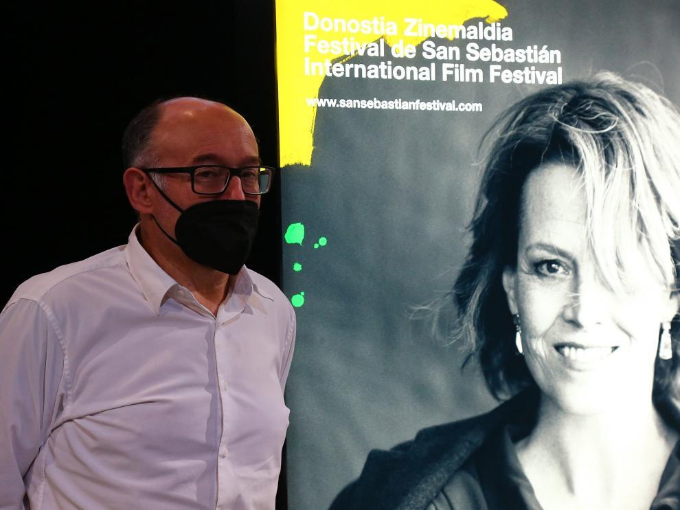 El director del Festival de San Sebastián, José Luis Rebordinos junto al cartel de esta edición.