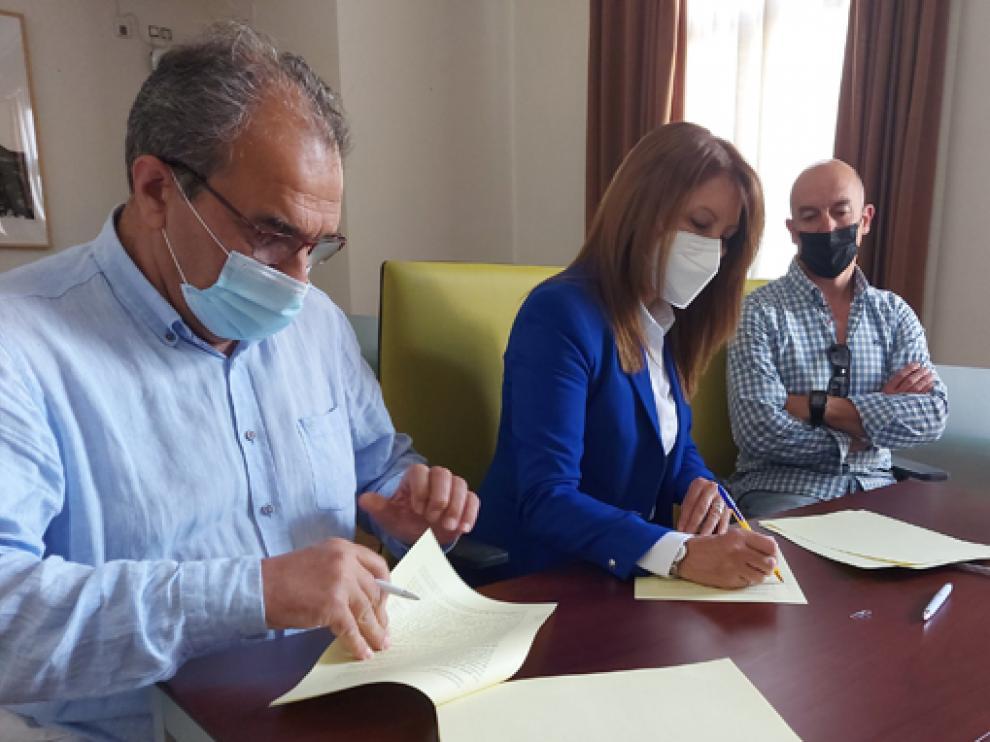 José Luis Bandrés, Berta Fernández y Fernando Sancho rubricaron el acuerdo entre Ayuntamiento y club.