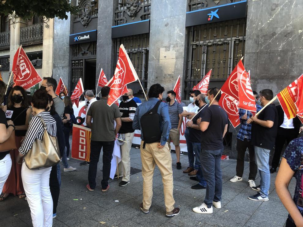Movilización en Zaragoza contra el ERE de Caixabank.