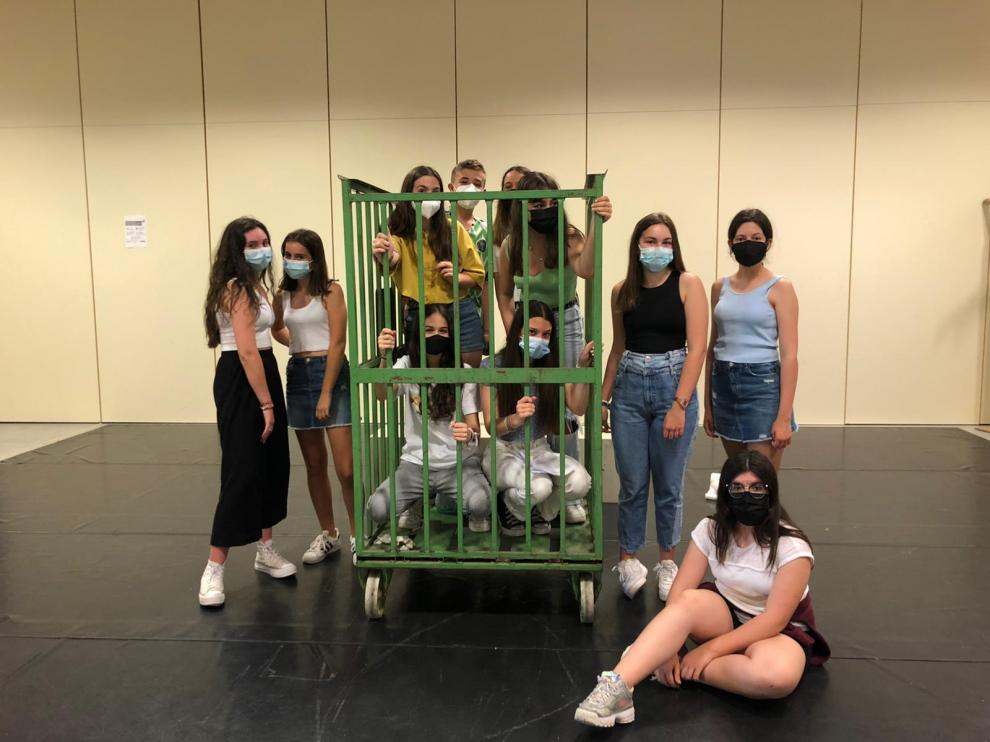 Un grupo de adolescentes protagoniza la obra de esta tarde.