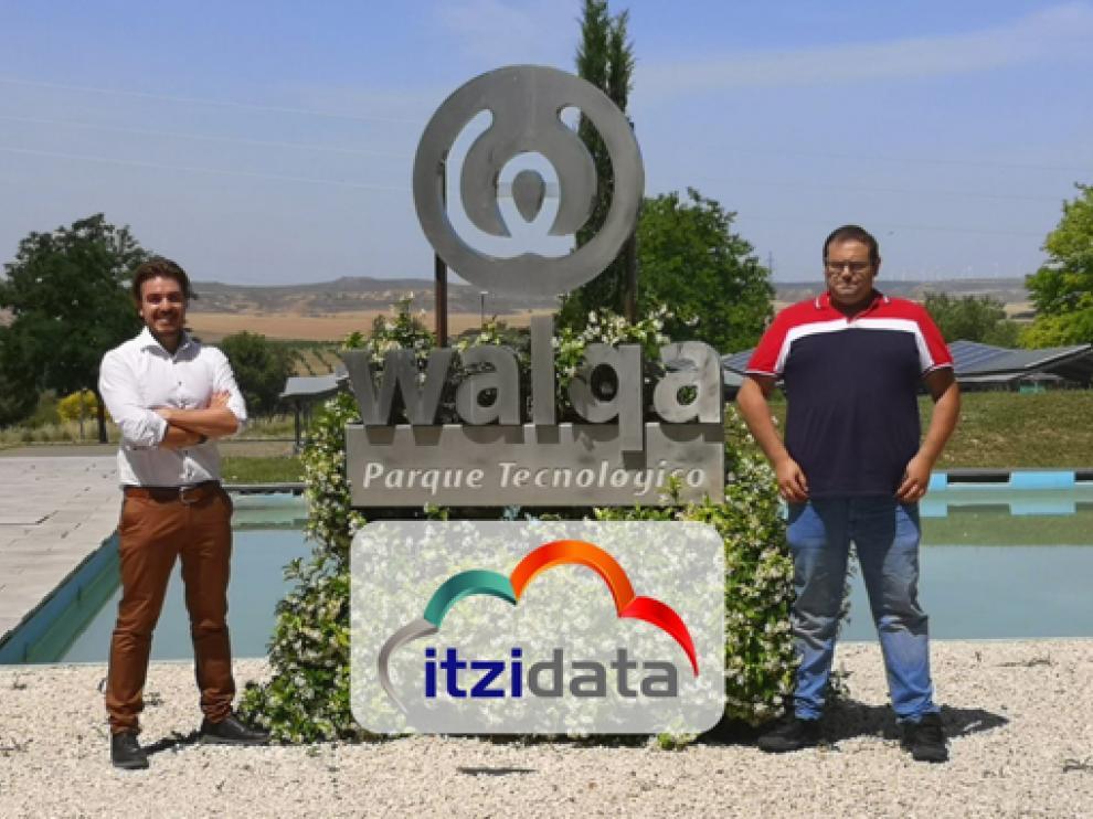César Ordás y Dani Sauras, junto al hito del Parque Tecnológico Walqa de Huesca.
