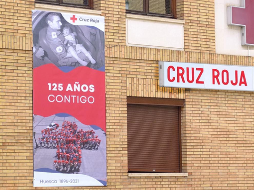 Imagen con el cartel por el aniversario de Cruz Roja