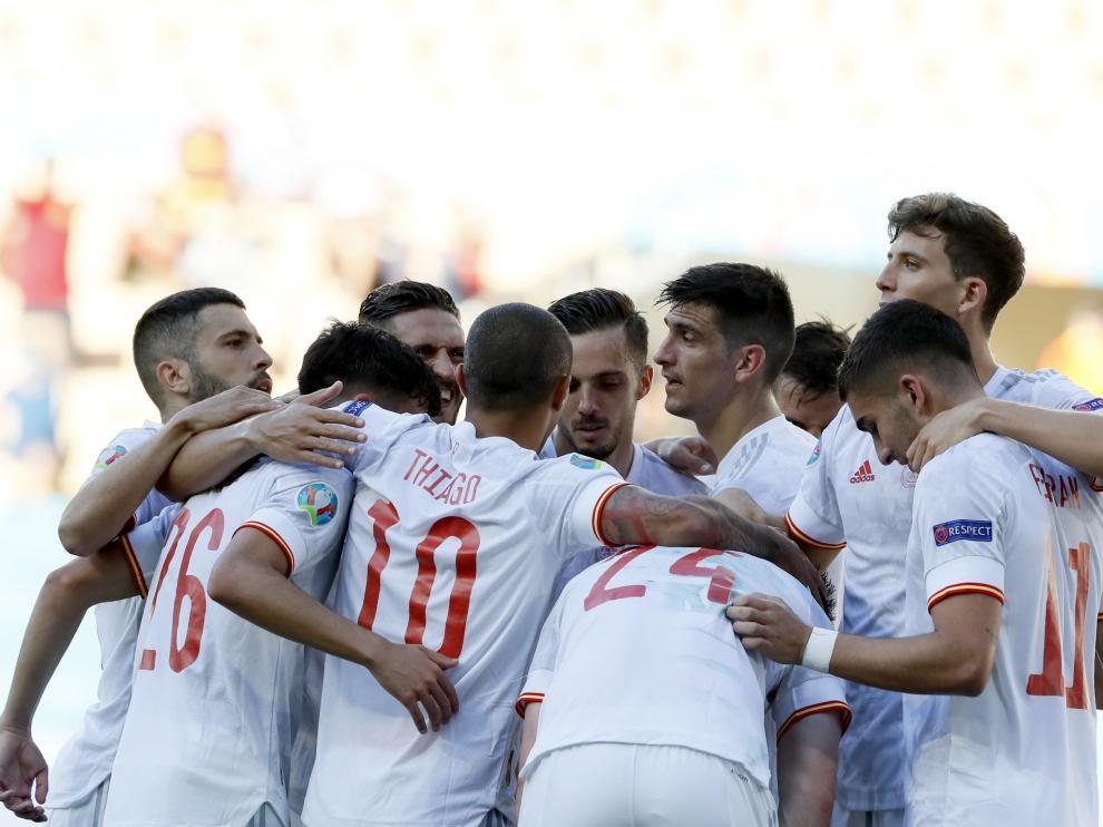 Los jugadores españoles celebran la victoria.