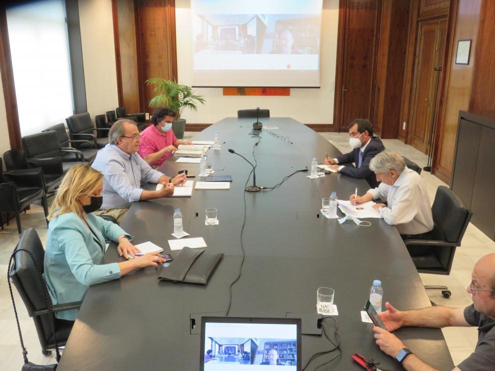 Participantes en la reunión sobre las ayudas a empresarios y autónomos con los agentes sociales.