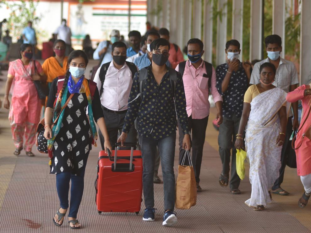 Pasajeros con mascarilla en la estación de tren de la ciudad india de Chennai.