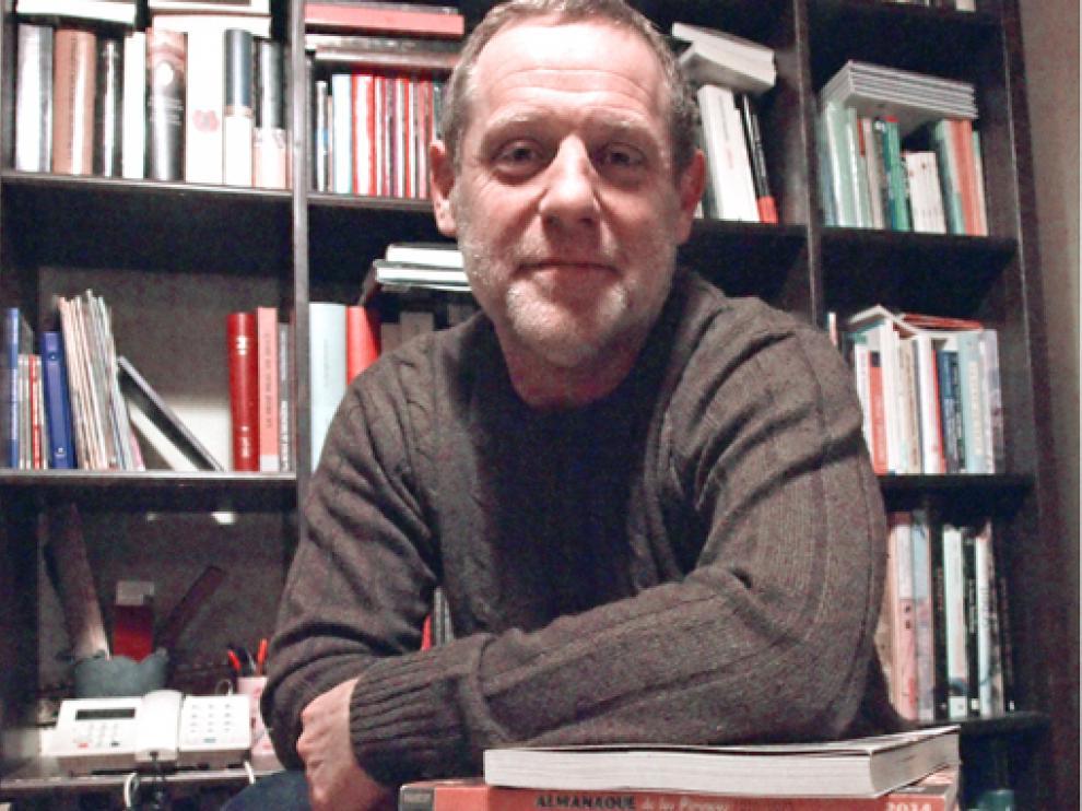 Sergio Sánchez Lanaspa recibe el galardón por 'Mujeres, migración a la modernidad'.